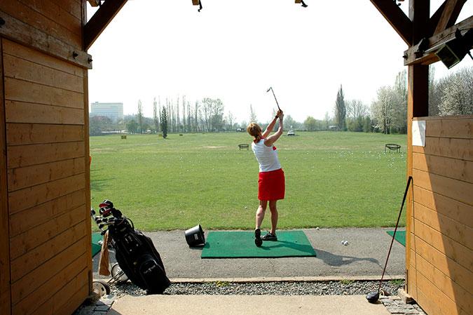 ゴルフ女子初心者にオススメの練習場