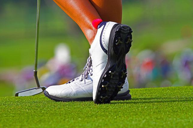 ゴルフ初心者の用意すべき道具はシューズ