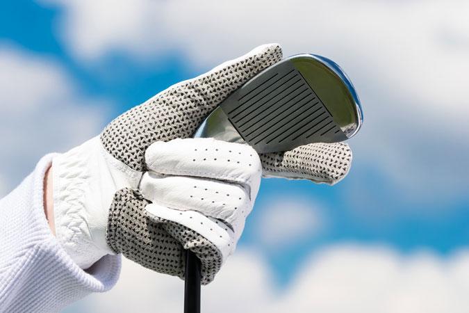 ゴルフ初心者が練習に行くときに必要なものはグローブとクラブ