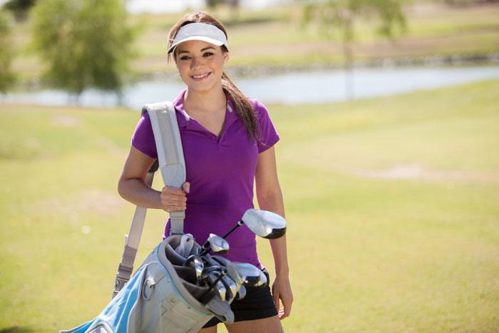 ゴルフのラウンドでの女性の持ち物