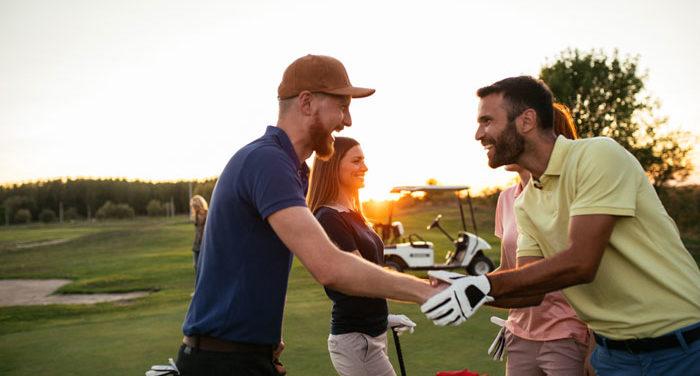 ゴルフ接待で重要な服装や手土産などのマナーについて