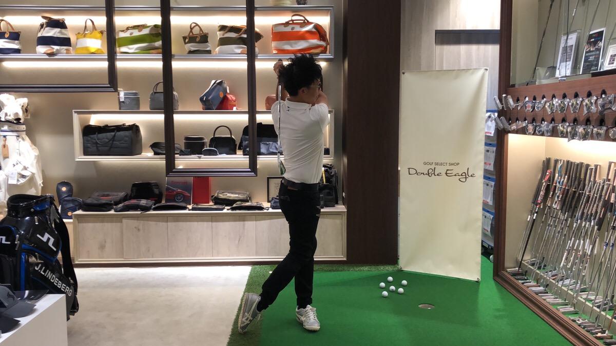 ゴルフの基本スイングで、フィニッシュはかかととおへそがポイント