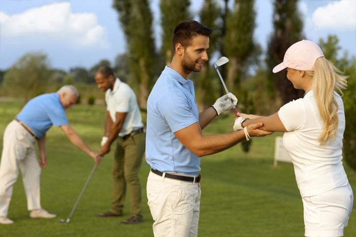 実は、ゴルフ初心者はレッスンスクールに通う方がコスパ良い!